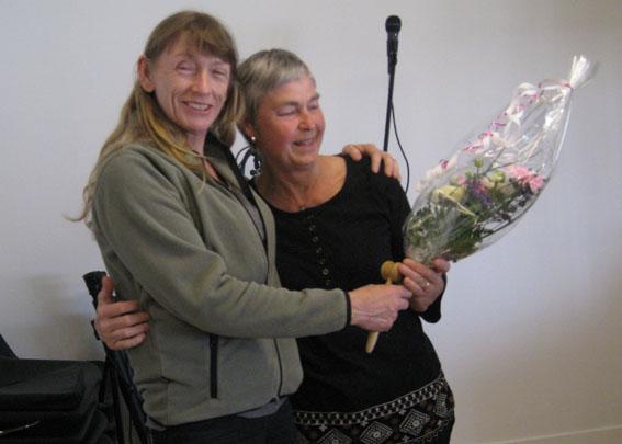 Ordförande Pauline Palmcrantz avtackar Birgitta Höglund.